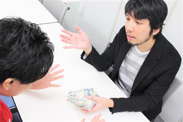 井川に3,000円を手渡す紳さん