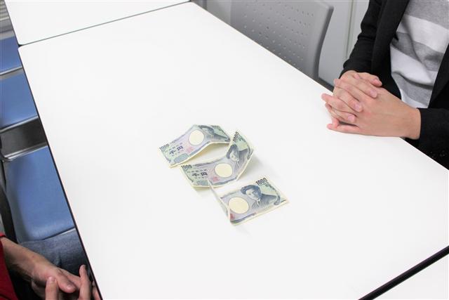 机に置かれた3,000円