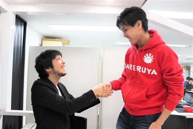 笑顔で握手を交わす井川と紳さん