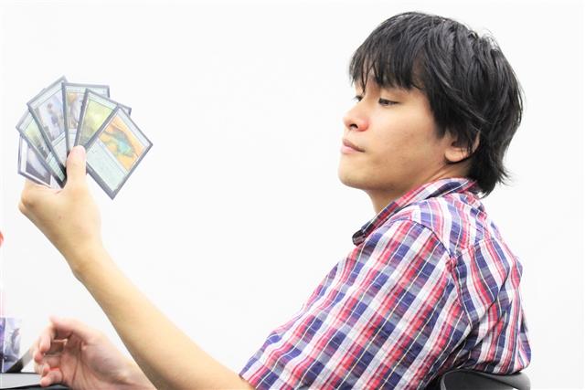2ゲームを先取され、後がない伊藤選手。1マリガン後の手札をじっくりと見つめます。