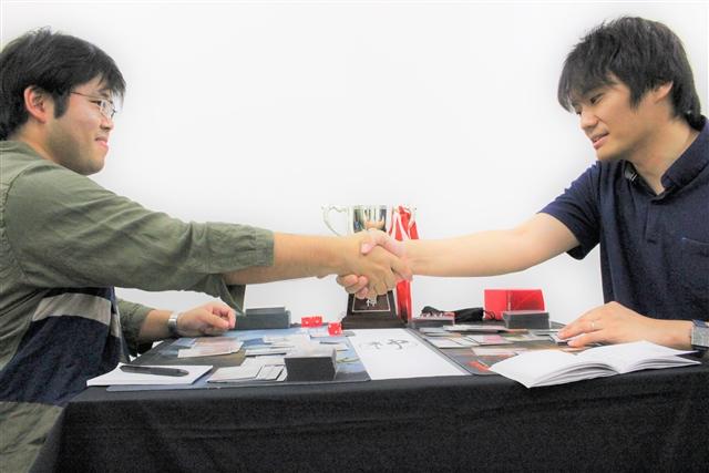 レガシー神決定戦、決着の瞬間。負けてもなお爽やかに右手を差し出す有田選手の姿が印象的でした。