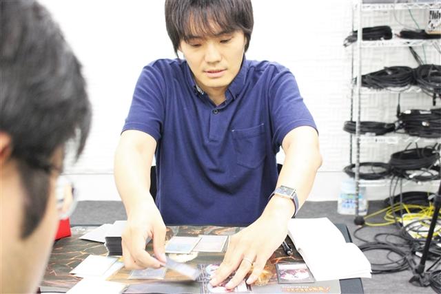 神・有田選手のデッキ選択に意表を突かれた挑戦者・嘉藤選手でしたが、気を取り直してじっくりと有田選手を追い詰めます。