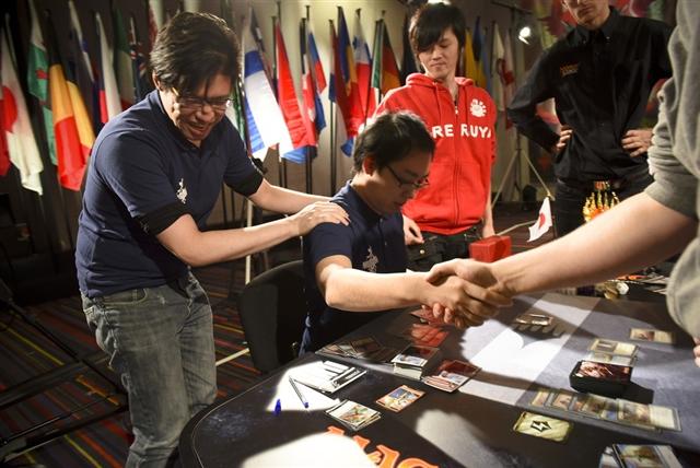 ポーランド代表チームと握手を交わす日本代表チーム