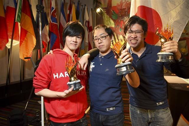 チームでトロフィーを掲げる日本代表チーム